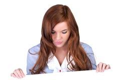 Vrouw die neer witte leeg bekijkt Royalty-vrije Stock Foto