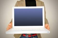 Vrouw die netbook laptop toont Royalty-vrije Stock Afbeelding