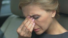 Vrouw die neuszitting in auto wrijven, moeilijke adem, allergiesymptomen, close-up stock video