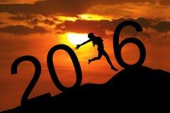 Vrouw die nieuw jaar van 2016 op de heuvel vieren Stock Afbeeldingen