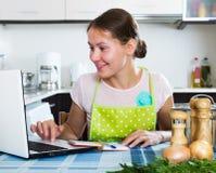 Vrouw die nieuw recept zoeken Stock Afbeelding