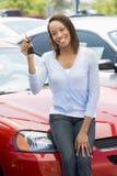 Vrouw die nieuwe auto opneemt royalty-vrije stock afbeeldingen