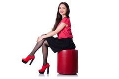Vrouw die nieuwe geïsoleerde schoenen proberen Stock Afbeelding