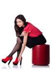 Vrouw die nieuwe geïsoleerde schoenen proberen Stock Foto