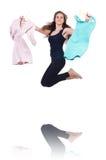 Vrouw die nieuwe kleding proberen Stock Foto's