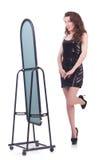 Vrouw die nieuwe kleding proberen Stock Fotografie