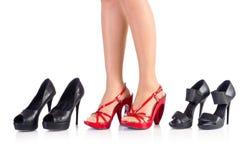 Vrouw die nieuwe schoenen proberen Royalty-vrije Stock Foto's