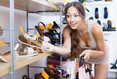 Vrouw die nieuwe schoenen zoeken royalty-vrije stock foto