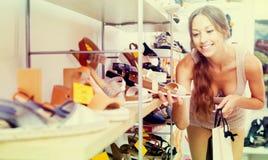 Vrouw die nieuwe schoenen zoeken royalty-vrije stock foto's