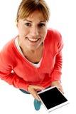 Vrouw die nieuwe tabletpc, luchtmening houden Royalty-vrije Stock Foto's