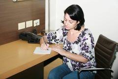 Vrouw die nota's nemen royalty-vrije stock afbeelding