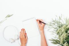 Vrouw die nota's over lege document pagina maken Royalty-vrije Stock Afbeeldingen