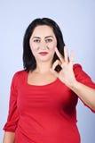 Vrouw die o.k. teken toont Stock Fotografie