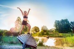 Vrouw die ochtend van oefeningen genieten Stock Foto's