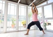 Vrouw die oefening doet die haar benen en wapens uitrekt Royalty-vrije Stock Foto