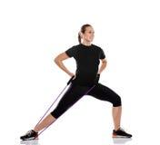 Vrouw die oefening met weerstandsrubber doen Royalty-vrije Stock Foto