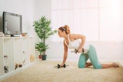Vrouw die oefeningen doet Stock Afbeelding
