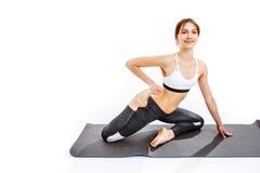 Vrouw die oefeningen op mat doet Stock Foto