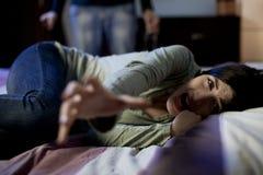 Vrouw die om doen schrikken hulp over hevige gedronken echtgenoot vragen Stock Afbeeldingen