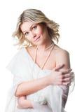 Vrouw die omhoog in wollen sjaal op geïsoleerdd wit wordt verpakt Royalty-vrije Stock Afbeeldingen