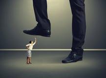 Vrouw die omhooggaand en bij grote werkgever gillen kijken Royalty-vrije Stock Foto