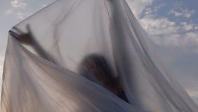 Vrouw die onder Plastic Folie worstelen te ontsnappen stock video