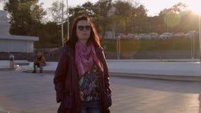 Vrouw die onderaan de treden lense gloed lopen Ruwe verwerkte 4K stock footage