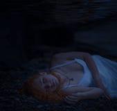 Vrouw die onderwater liggen Stock Fotografie