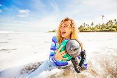 Vrouw die onderwatercamera met behulp van royalty-vrije stock afbeelding
