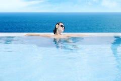 Vrouw die oneindigheids van pool 1 geniet royalty-vrije stock afbeelding