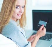 Vrouw die online met creditcard en computer winkelen Royalty-vrije Stock Afbeelding