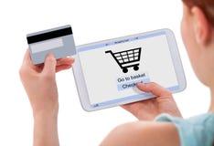 Vrouw die online met digitale tablet en creditcard winkelen Royalty-vrije Stock Foto's