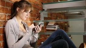Vrouw die online op Smartphone, Internet doorbladeren stock video