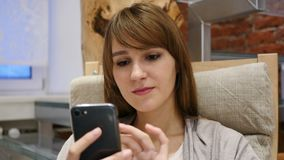 Vrouw die online op Smartphone, Internet-het Zoeken doorbladeren stock footage