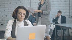 Vrouw die online programma voor kleine onderneming testen en impor maken stock video