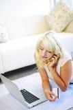 Vrouw die online thuis winkelt Stock Fotografie