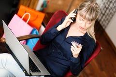 Vrouw die online via Internet van huis winkelt Stock Fotografie