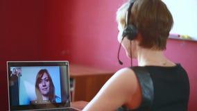 Vrouw die online videooverleg leiden telework concept stock footage