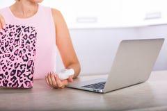 Vrouw die online winkelen Stock Fotografie