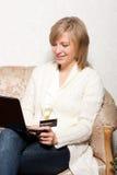 Vrouw die online winkelt Stock Afbeeldingen