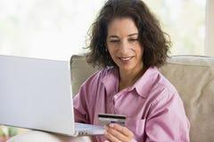 Vrouw die online winkelt Royalty-vrije Stock Afbeelding