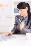 Vrouw die online winkelt Stock Afbeelding