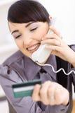 Vrouw die online winkelt Stock Fotografie