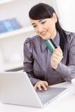 Vrouw die online winkelt Stock Foto