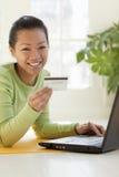 Vrouw die online winkelt Stock Foto's