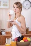 Vrouw die ontbijt heeft Stock Afbeelding