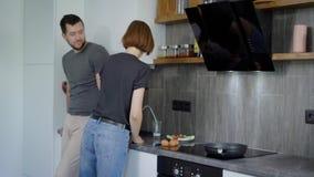 Vrouw die ontbijt met de mens in keuken maken stock videobeelden