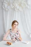 Vrouw die Ontbijt met eigengemaakte thee en verse croissants hebben Royalty-vrije Stock Afbeeldingen