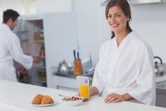 Vrouw die ontbijt met graangewas en jus d'orange hebben royalty-vrije stock afbeelding