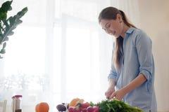Vrouw die ontbijt voorbereidt Stock Foto